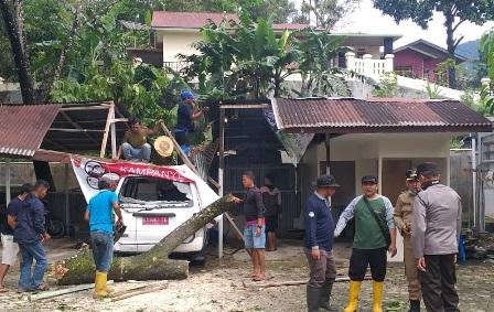Satu Unit Mobil Ambulance Puskesmas Pasa Ahad Tanjung Raya Rusak Parah Ditimpa Pohon Tumbang