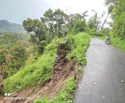 Terjadi Longsor dan Amblasnya Jalan Di Jorong Pauh Kecamatan Matur
