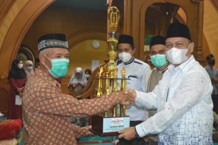 Wabub Agam Serahkan Hadiah Juara Umum MTQ ke VI Tingkat Bayua Tanjung Raya