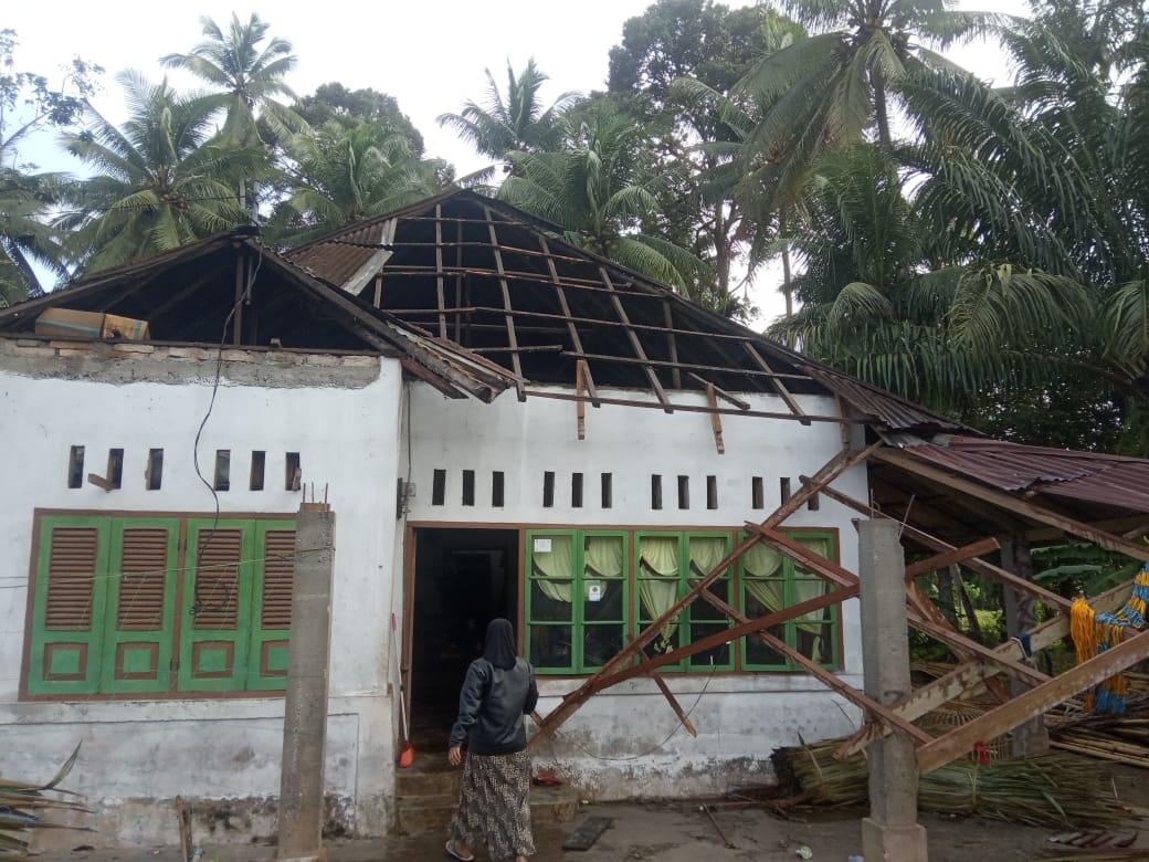 9 Rumah Rusak Berat dan Satu pohon tumbang Akibat Hujan Badai Puting Beliung di Ujuang Pandang Lubuk Basung