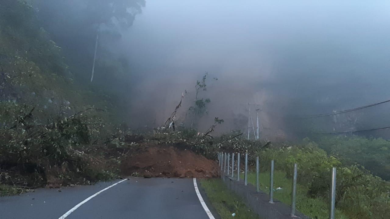 Telah terjadi longsor di jalur jalan SIMAKA, tepatnya di Batu Bapikia Jorong Limo Badak Nagari Malalak Timur, sepanjang 40 meter menutup badan jalan.